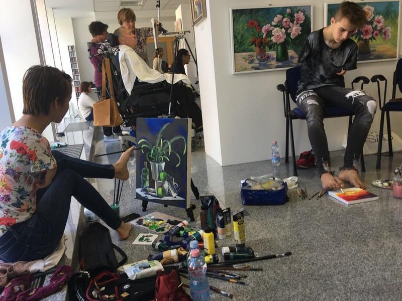 Umetniki, ki slikajo z usti ali nogami